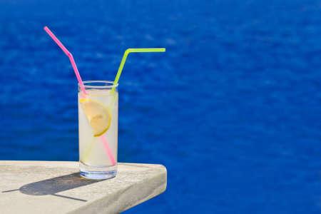 tabla de surf: Cocktail en la mesa en la playa - fondo de viaje