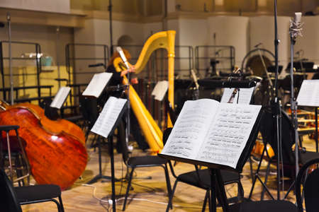 Muziekinstrumenten en muziek noten Stockfoto