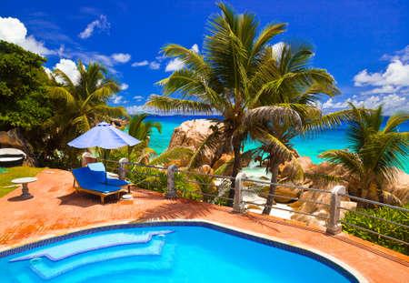 열 대 해변에서 호텔 수영장, 세이셸 - 휴가 배경 스톡 콘텐츠