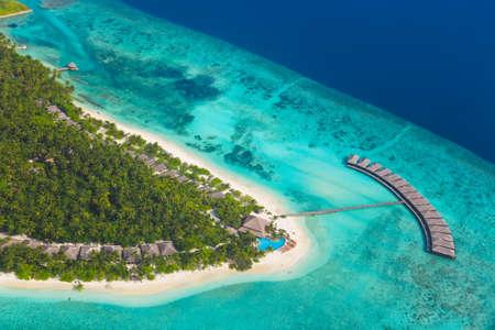 モルディブ - 航空写真ビューで熱帯の島 写真素材