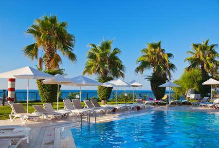 水プールと椅子 - 休暇 写真素材