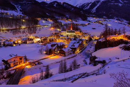 山スキー リゾートの開幕戦ソルデン オーストリア - 自然と建築の背景 写真素材