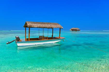 ボートとバンガロー モルディブ島 - 自然旅行の背景 写真素材