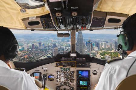Pilots in het vliegtuig cockpit en de stad