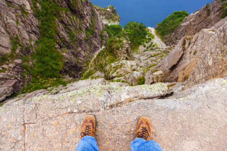 노르웨이 - - 자연과 여행 배경 피요르드 Lysefjord에서 절벽 다운 Preikestolen에 서있는 사람
