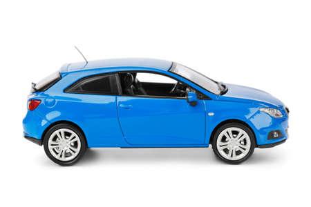 白い背景で隔離のおもちゃの車