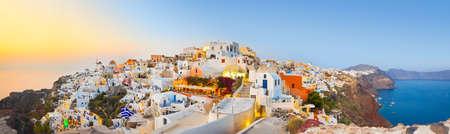 Puesta de sol de Santorini (Oia) - Fondo de vacaciones de Grecia  Foto de archivo - 40018984