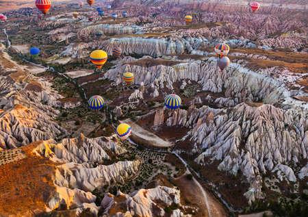 トルコのカッパドキアで岩の風景の上を飛んで、熱気球