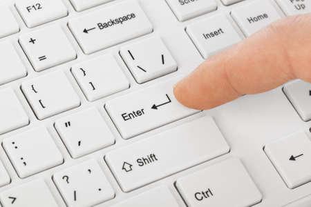ホワイト コンピューターのキーボードと手の技術の背景