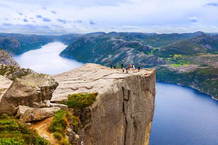 노르웨이 - - 자연과 여행 배경 피요르드 Lysefjord에서 클리프 다운 Preikestolen