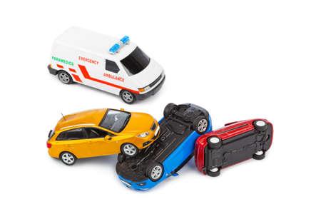 Crash speelgoedauto's en ambulance auto op een witte achtergrond Stockfoto
