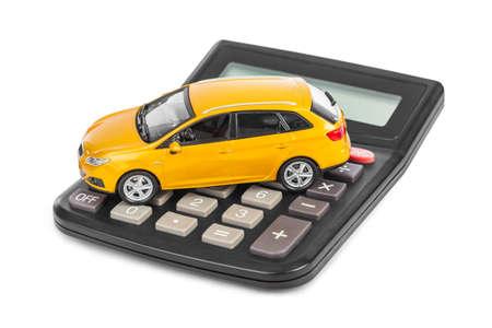 Calculadora y el coche de juguete aisladas sobre fondo blanco Foto de archivo - 46120829