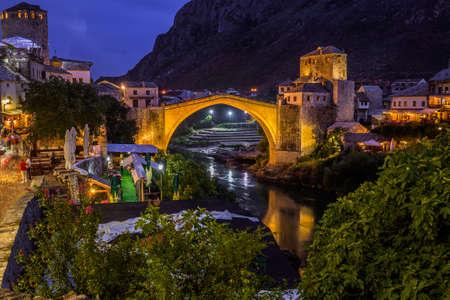 모스 타르 - 보스니아 헤르체고비나 - 아키텍처 여행 배경에서에서 오래 된 다리 스톡 콘텐츠