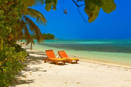 Tumbona en la playa Maldivas - la naturaleza de fondo de vacaciones