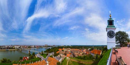 Novi Sad-panorama - Servië - de achtergrond van de architectuurreis