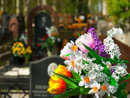 Blumen und Friedhof auf den Hintergrund