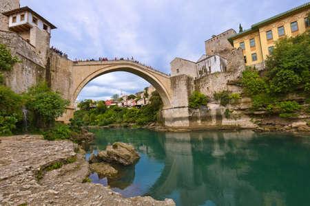 Alte Brücke in Mostar - Bosnien und Herzegowina - Architektur Reisen Hintergrund Standard-Bild - 56737087