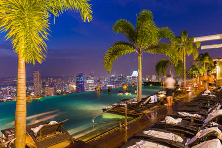 Pool on roof and Singapore city skyline - architecture and travel background 에디토리얼