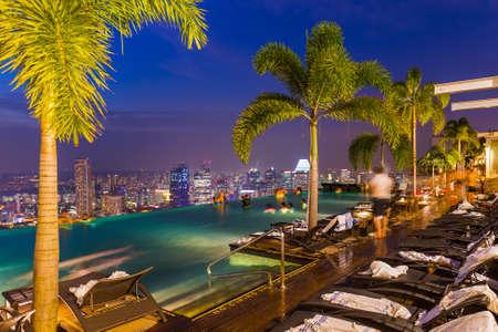 건축과 여행 배경 - 지붕과 싱가포르 도시의 스카이 라인에 풀