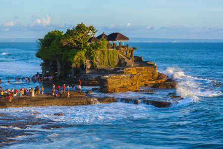 Tanah Lot Tempel in Bali Indonesië - natuur en architectuur achtergrond Redactioneel