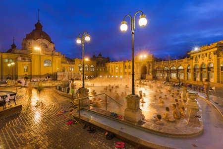 ハンガリーのブダペストの旅行バック グラウンドで Szechnyi 温泉スパ 写真素材