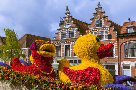 Standbeeld gemaakt van tulpen op bloemenparadijs in Haarlem Nederland - vakantieachtergrond Stockfoto