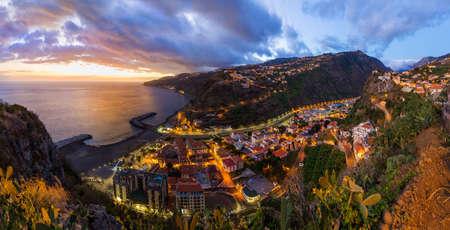 Città Ribeira Brava a Madeira Portogallo - sfondo di viaggio Archivio Fotografico - 82119911