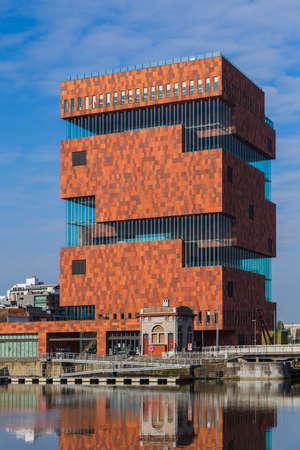 Gebouw van het MAS museum in Antwerpen België - architectuurachtergrond Redactioneel