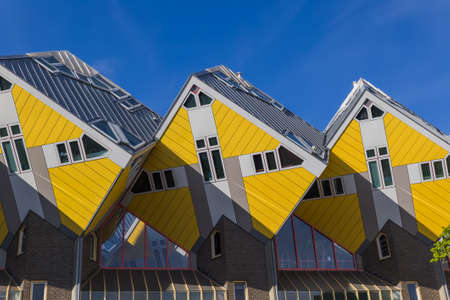 로테 르 담 네덜란드 - 아키텍처 배경에서 노란색 입방 주택