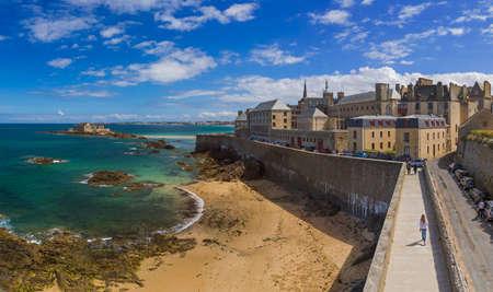 サン ・ マロ - フランス ブルターニュ - 旅行とアーキテクチャの背景 報道画像