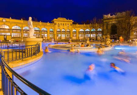 부다페스트 헝가리 - 여행 배경에서 Szechnyi 온천 목욕탕