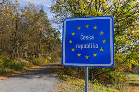 チェコとの国境標識が道旅行の背景 写真素材