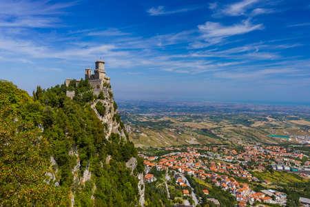 Castillo de san marino italia - fondo de la arquitectura Foto de archivo - 96157872