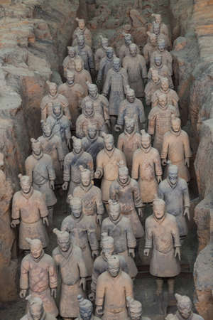 Guerriers de la célèbre armée de terre cuite à Xian en Chine - fond de voyage