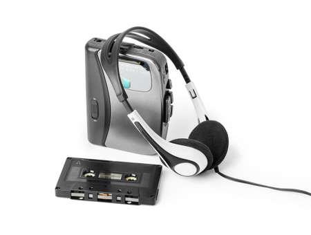 Alter Kassettenspieler und Kopfhörer isoliert auf weißem Hintergrund Standard-Bild