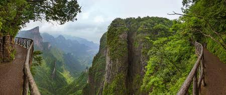 Panorama des Naturparks Tianmenshan - China - Reisehintergrund Standard-Bild
