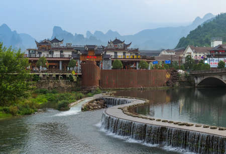 Wulingyuan, China - May 27, 2018: Stones bridge in Wulingyuan - Tianzi Avatar mountains nature park. Standard-Bild - 122072515