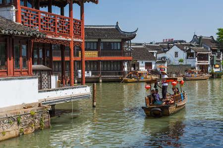 Shanghai, China - May 23, 2018: Boat cruise on the canal in Zhujiajiao water town. Standard-Bild - 122072516