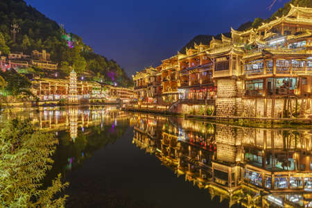 Fenghuang, China - May 29, 2018: Ancient town Fenghuang at sunset in Hunan. Standard-Bild - 122072518