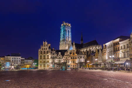 Mechelen, Belgium - May 02, 2017: Grote Markt in Mechelen at sunset. Standard-Bild - 122072870