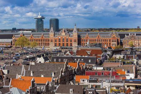 AMSTERDAM NETHERLANDS - APRIL 25, 2017: Central district on April 25, 2017 in Amsterdam Netherlands. Standard-Bild - 122442512