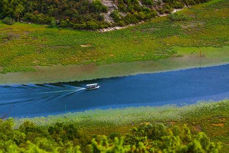 Rijeka Crnojevica Fluss in der Nähe von Skutarisee - Montenegro - Naturhintergrund Standard-Bild