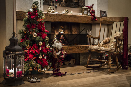 camino natale: Albero di Natale accanto al camino Archivio Fotografico