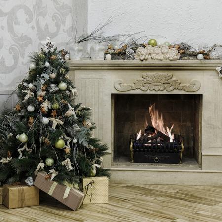 mo�os de navidad: �rbol de navidad adornado con chimenea de le�a Foto de archivo