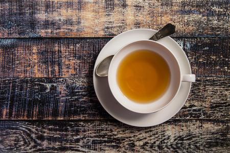 taza de t�: Primer de la taza de t� en el fondo de madera vintage Foto de archivo