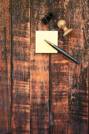 pluma y papel: Composici�n de la pluma, notas de papel y sello en el fondo de madera