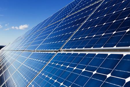 paneles solares: Fila de los paneles solares y el cielo con nubes