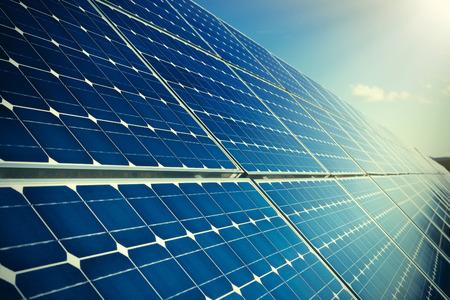 paneles solares: Fila de los paneles solares de color azul y el cielo
