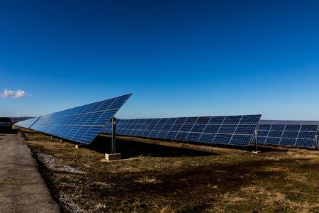 energ�as renovables: Planta de electricidad en los campos