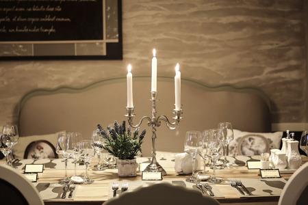 romantic dinner: Élégante table décorée avec des bougies et des fleurs